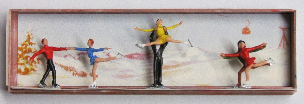 Merten - Figure Skaters - Couples - 3/4 inch to 1-1/4 inch tall - HO Scale